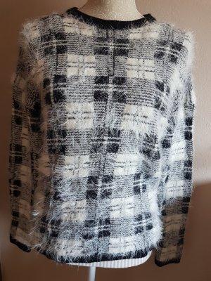 Schwarz-weißer Pullover