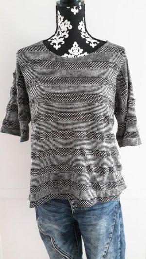 schwarz-weißer Pullover mit halblangen Ärmeln