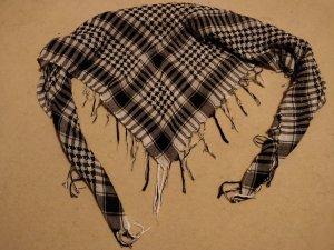 schwarz-weißer Schal zu verschenken
