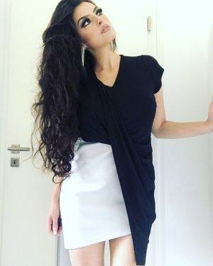 schwarz weisses kleid mit ausgefallener asymmetrie