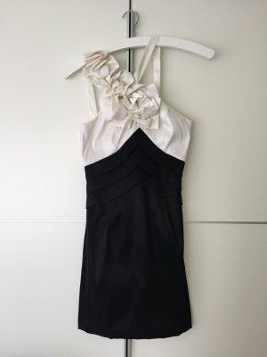 Schwarz-weißes Kleid mit Blumenapplikationen von Magic Nights