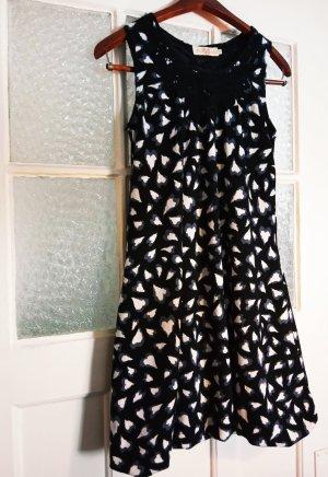 Schwarz-weißes Kleid mit leichtem Ballonrock