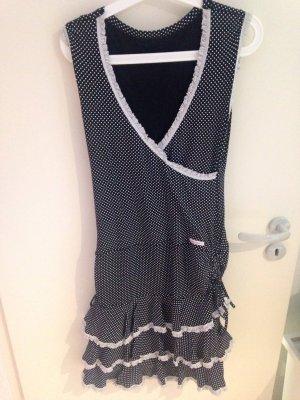 Schwarz-weißes Kleid mit silbernen Rüschen