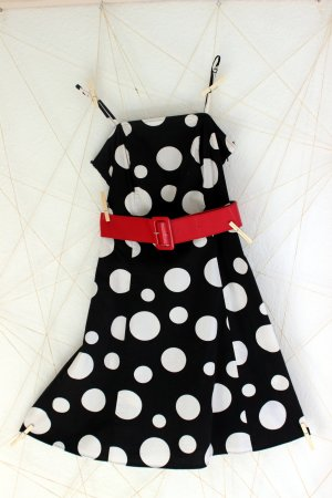 schwarz-weißes Punktekleid mit Lack-Gürtel