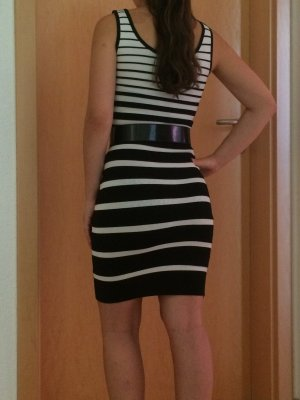 Schwarz-weißes Streifenkleid von Mango, business, chic, enges Kleid, Gürtel