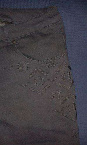 Schwarze 7/8-Jeans mit schöner Stickerei