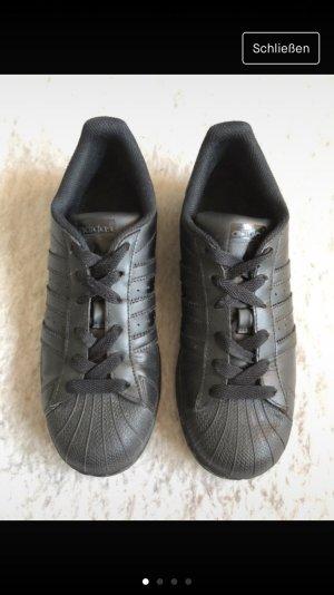 Schwarze Adidas Superstar