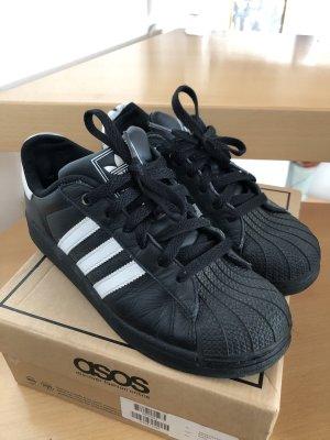 Schwarze Adidas Superstar Sneakers