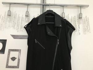 Schwarze ärmellose Jacke im Biker-Stil vom Chanel Meister Karl Lagerfeld