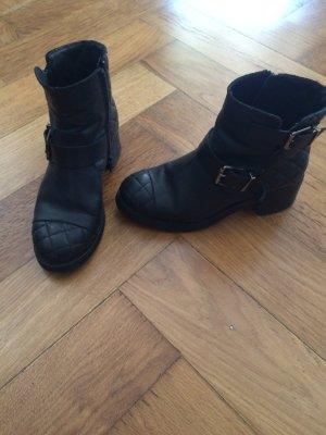 Schwarze Ankle Boots im Biker Look