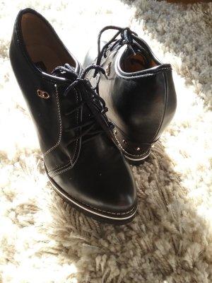 Schwarze Ankle Boots mit goldenen Nieten