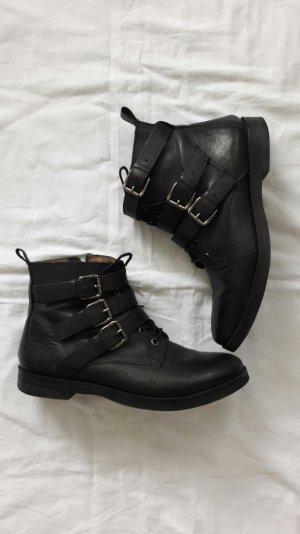 Schwarze Ankle Boots mit Riemen