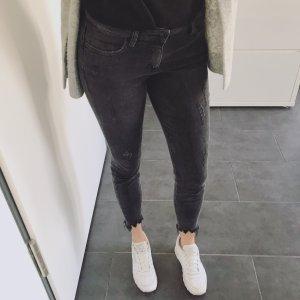 schwarze Ankle-Jeans