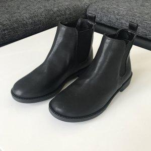 schwarze Ankleboots mit elastischen Seiten
