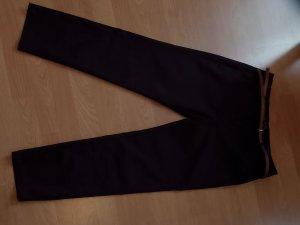 Schwarze Anzughose  mit hellbraunem Gürtel