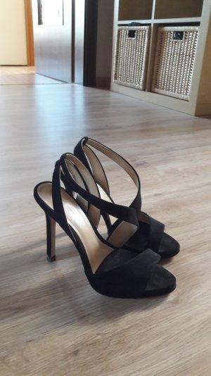schwarze asymmetrische Sandaletten