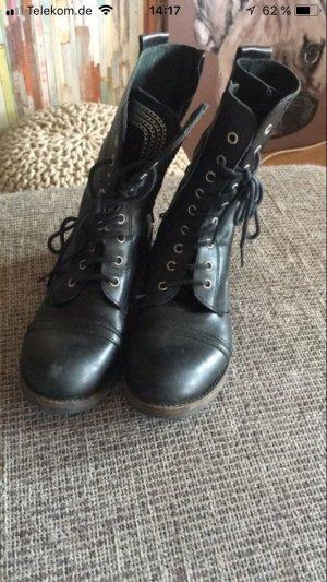 Schwarze auffällige Stiefel
