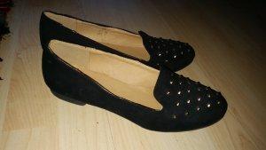 Schwarze Ballerinas mit goldenen Nieten