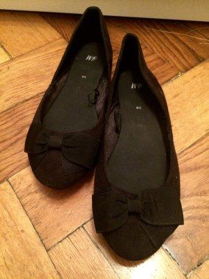 Schwarze Ballerinas mit Schleifen