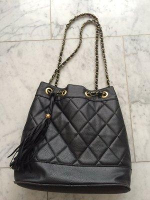 Schwarze Beuteltasche im Chanel Look