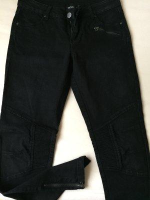 schwarze Bikerjeans mit Reißverschluss am Knöchel