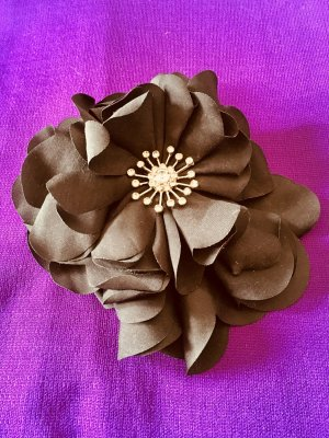 Schwarze Blütenbrosche mit Stempeln aus Straßsteinen