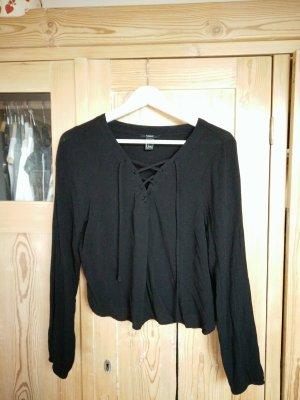 Schwarze Bluse mit angesagter Schnürung am Decoltee