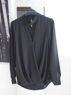 Schwarze Bluse mit Ausschnitt und Choker
