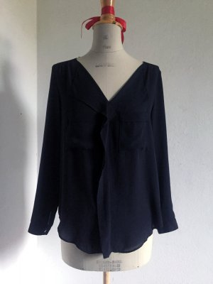 schwarze Bluse mit Brusttaschen und Ziersaum von Zara