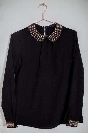 Schwarze Bluse mit Bubikragen und Goldenen Nieten