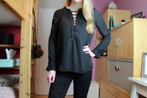 Schwarze Bluse mit Schnürung