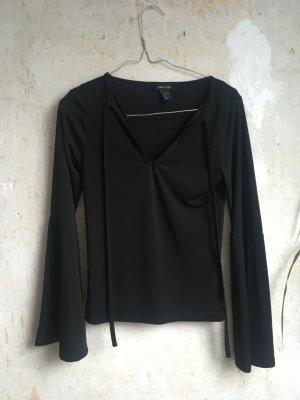 Schwarze Bluse mit Trompetenärmeln