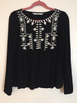 Schwarze Bluse mit weißen Strickereien von Zara