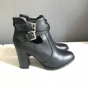 Schwarze booties mit cut outs