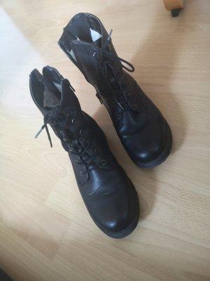 Schwarze boots.