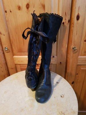 schwarze boots mit schnürung