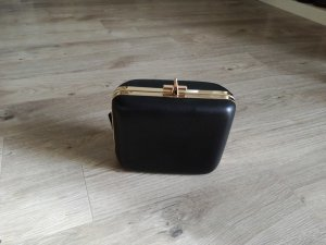 Schwarze Box-Bag mit Goldkette