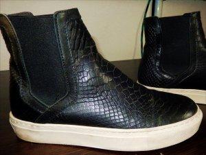 Schwarze Chelsea Boots in Schlangenleder-Optik mit dicker weißer Sohle