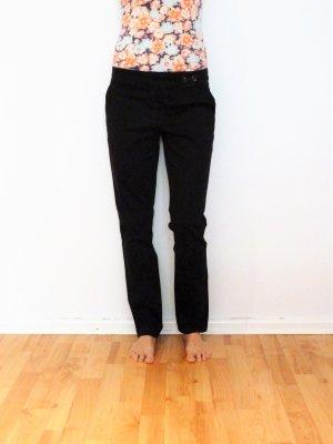 Schwarze Chinohose mit seitlichen Knöpfen