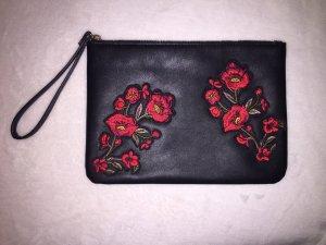 Schwarze Clutch mit Blumenstickereien