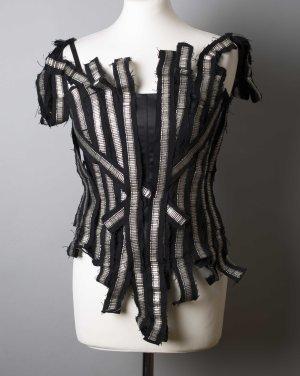 Schwarze Corsage mit silbernen Details