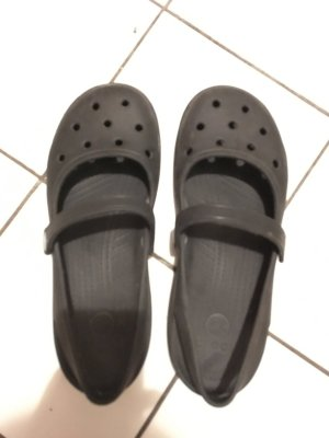 Schwarze crocs mit Riemen