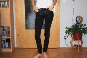 Schwarze enge leicht glänzende Jeans