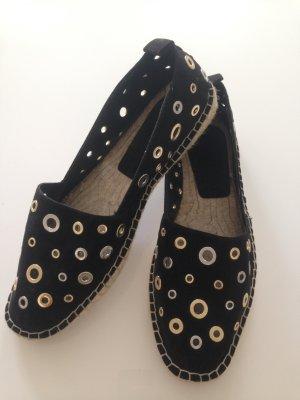 Schwarze Espadrilles mit Loch-Nieten von Zara