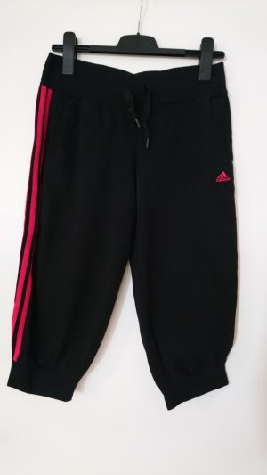 Schwarze, etwa knielange Sporthose von Adidas