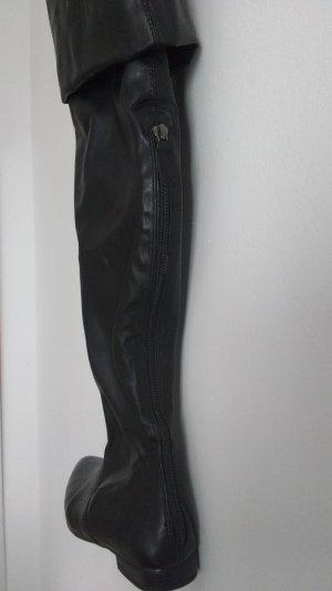 Schwarze flache overknee-stiefel
