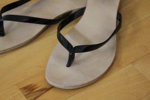 Schwarze Flip Flops, glänzend, chic, Größe 39