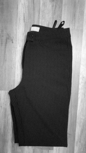 schwarze gerade geschnittene Hose mit dünnen weißen Nadelstreifen