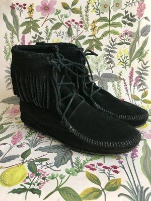 Schwarze halbhohe Minnetonkas Boots