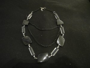 schwarze Halskette .